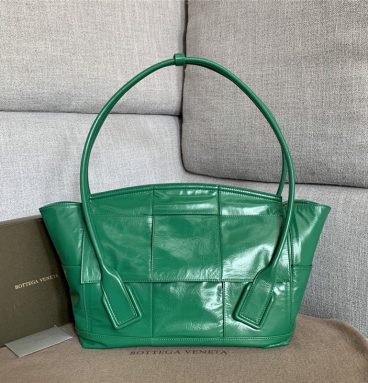 bottega veneta arco slouch bag green